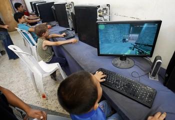 Интернетом пользуется примерно каждый третий россиянин. Для остальных Сеть - экзотика/MOHAMMED ABED/AFP/Getty Images