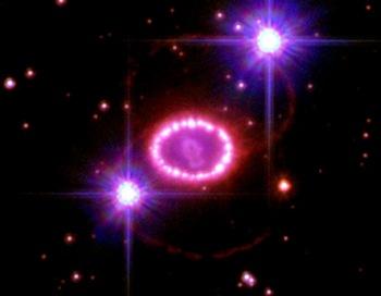 Открытие. Сверхновая звезда 1987А вспыхнувшая в Большом Магеллановом Облаке существует 400 лет, но увидеть ее смогли только 200 лет назад. Главной особенностью являются два симметрично расположенных неярких. Фото: NASA, ESA, and the Hubble SM4 ERO Team via Getty Images