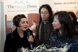 Леа Чжоу, главный редактор «Да Цзи Юань Европа» (справа), берет интервью у Герты Мюллер, позади писатель Бэй Лин. Фото: Jason Wang /The Epoch Times