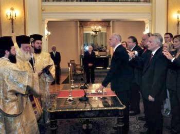 Новоназначенный премьер-министр Греции и министр иностранных дел Георгиос Папандреу (в центре) дает присягу во время церемонии 7 октября 2009 г. Фото: Aris Messinis /AFP /Getty Images