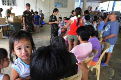 Жители ждут эвакуации в Маниле (2.10.2009). Фото:  MIKE CLARKE/AFP/Getty Images