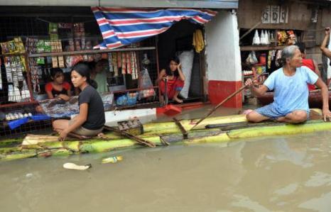 Последствия урагана Кетсан в городе Бинан в Маниле (30.09.2009). Фото: TED ALJIBE/AFP/Getty Images