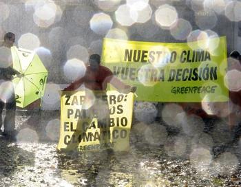 Активисты Гринпис 05.11.2009 в Барселоне. Фото: LLUIS GENE/AFP/Getty Images