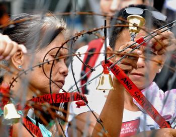 Успешная стратегия преодоления нищеты невозможна без того, чтобы дать беднякам возможность заявить о своих правах, управлять собственной жизнью и потребовать отчёта у тех, кто принимает решения. Фото: JUNIE DOCTOR/AFP/Getty Images