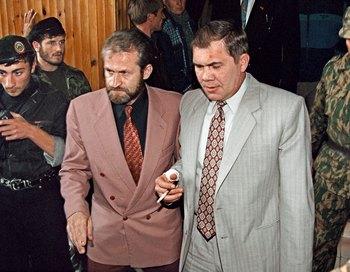 Российский генерал Alexander Lebed (R) и лидер Чечни Akhmed Zakayev. Фото: ALEXANDER NEMENOV/AFP/Getty Images