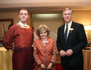 Модель (L), Анетте Лантос (в центре) и Ричард Светт (справа). Празднование девятой годовщины «Великой Эпохи».  Фото:  Лиза Фан. Великая Эпоха (The Epoch Times)