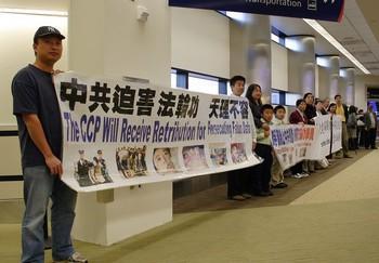 Местные последователи Фалуньгун приехали встречать из Китая Люй Цзянхуа. Аэропорт Сан-Хосе. 11 ноября 2009 год. Фото: Чжоу Жун/The Epoch Times