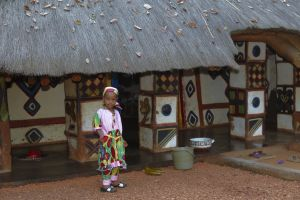 Дома украшены символическими рисунками местных женщин.  Фото: Mahauxphoto