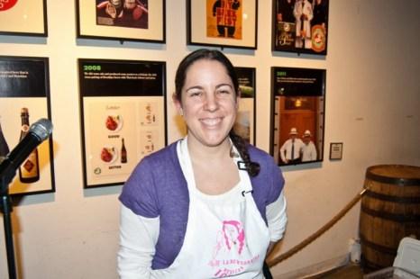 Фани Джерсон позирует для фотографии после группового обучения искусству приготовления мексиканских десертов во время мероприятия 13 февраля на Бруклинском пивоваренном заводе. Фото: Joshua Phillip/The Epoch Times