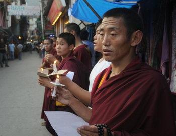 Изгнанные тибетские монахи молятся во время митинга в знак солидарности с теми, кто принёс себя в жертву. Недавно протестующий тибетский монах в юго-западном Китае был жестоко избит полицией. Фото: STRDEL/AFP/GettyImages