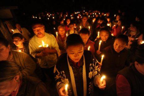 Тибетцы в изгнании приняли участие в акции с зажжёнными свечами после ранее совершённого сегодня акта самосожжения монаха, отмечая тем самым сотый случай самосожжения в знак протеста против китайского правления в Тибете, в Катманду 13 февраля 2013 года. Фото: Prakash AFP Getty Images