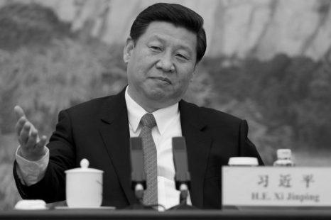 Си Цзиньпин во время недавней встречи организации по борьбе с коррупцией. Си пожал руку жене бывшего коммунистического лидера Хуа Гофэна. Это привело к обсуждениям на тему, кроется ли какой-то тайный смысл за этим жестом. Фото: Ed Jones-Pool/Getty images
