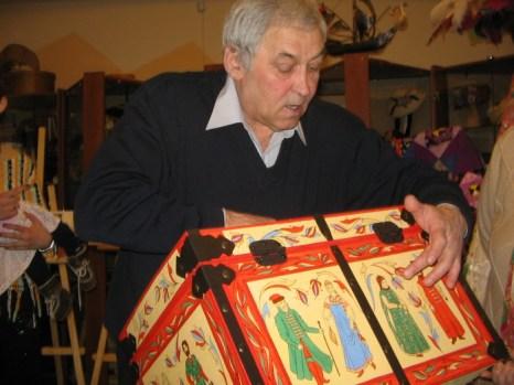 В. Зотов демонстрирует свои изделия. Фото: Татьяна Петрова/Великая Эпоха (The Epoch Times)