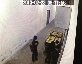 Камера наблюдения показывает, как трое мужчин в чёрных масках пытаются вскрыть дверь в типографию Epoch Times в Гонконге, 23 февраля 2013 года. Фото: Великая Эпоха (The Epoch Times)