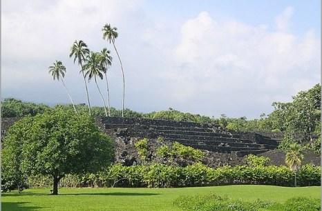Храм на вулкане. Piilanihale Heiau, самый большой древний храм на Гавайях полностью сконструирован из лавы в 14-м веке.  Фото: Michael Varga