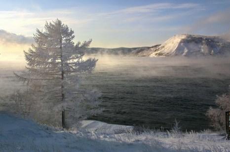 Зимний вид берега озера Байкал недалеко от деревни Листвянка. Фото: Александр Неменов/Getty Images