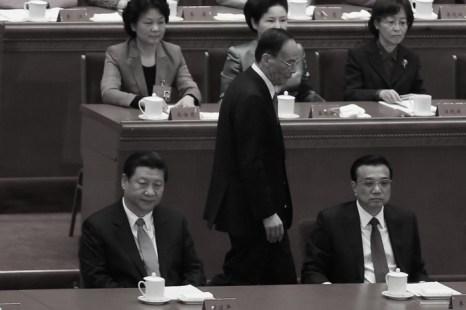 Член Постоянного комитета Политбюро Ван Цишань проходит мимо главы компартии Китая Си Цзиньпина (ниже слева) и премьера Ли Кэцяна (ниже справа) в Большом зале народных собраний 28 октября, Пекин, Китай. Си Цзиньпин, Ли Кэцян и Ван Цишань образовали треугольник власти китайского режима. Фото: Feng Li/Getty Images