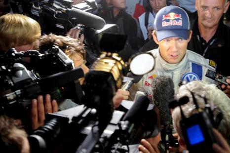Французский пилот Volkswagen Себастьян Ожье и его напарник Жюльен Инграсси 3 октября 2013 года выиграли Чемпионат мира по ралли 2013, набрав недостающие до победы очки за 3 дня до окончания последнего  этапа гонок на их родине. Фото: SEBASTIEN BOZON/AFP/Getty Images