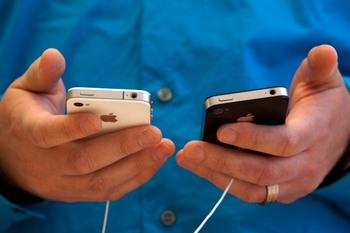 Компания iPhone-fix производит недорогую замену стекла Вашего любимого гаджета, предоставляя гарантию качества своей работы. Таким образом у Вас появляется своеобразная постзаводская гарантия на Ваш обновлённый смартфон. Фото: David Paul Morris/Getty Images