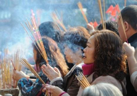 3 февраля 2011 года. Гонконг, В первый день Нового года верующие в храмах возжигают ладан. Фото: Mike Clarke/AFP/Getty Images