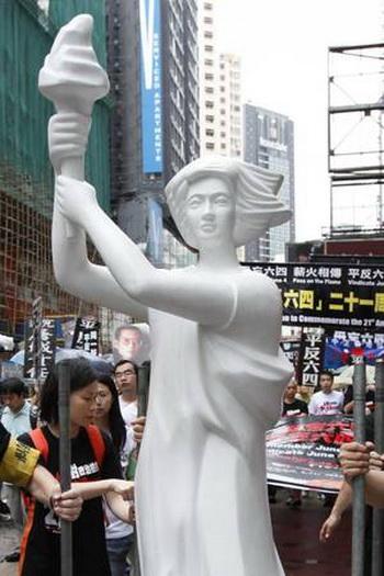 Статуя «Богиня демократии» в память о бойне на площади Тяньаньмэнь, установленная 29 мая в Гонконге, до того, как она была удалена полицией. Фото: The Epoch Times