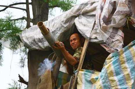 Ян с самодельной пушкой защищает свой дом от насильственного сноса. Город Ухань провинция Хубэй. Фото с epochtimes.com