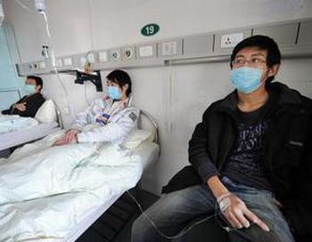 Пациенты, больные свиным гриппом в одной из больниц в Китае - восточной провинции Аньхуэй в Хэфэй. Число инфицированных пациентов так велико, что некоторые врачи говорят им, что они должны сидеть дома под карантином. STR/AFP/Getty Images