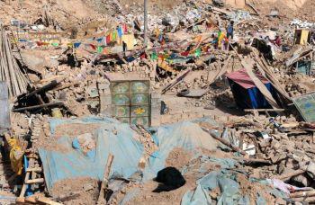 Руины домов, разрушенных землетрясением в г.Цзегу округа Юйсу. Фото: Frederic J. Brown/AFP/Getty Images)