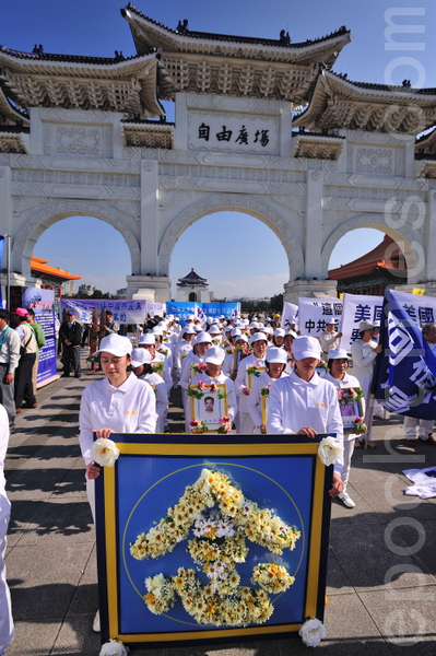 Колонна памяти погибших в Китае сторонников Фалуньгун в результате репрессий. Мероприятия против репрессий Фалуньгун компартией Китая. Город Тайбэй (Тайвань). Декабрь 2010 год. Фото: The Epoch Times
