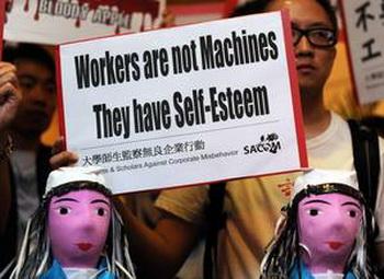 Требование повышения заработной платы у Foxconn. Серия самоубийств в Шеньчжене вызвала дальнейшие демонстрации с требованиями  повышения зарплаты. Фото: Mike Clark/APF/Getty Images