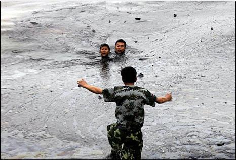 Спасение пожарного попавшего в нефтяное пятно в Жёлтом море. Фото: Greenpeace