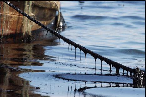 После взрывов на нефтепроводе, в Жёлтое море вылилось полторы тысячи тонны нефти. Фото AFP/AFP/Getty Images
