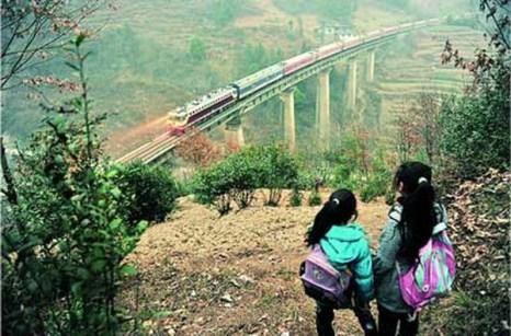Назад приходится возвращаться  той же дорогой и опять на полпути  зажигать факелы.Фото: kanzhongguo.com