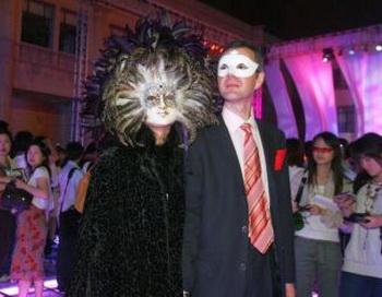 Артисты идут на взлетно-посадочную полосу во время Ярмарки миллионеров  2007 в Шанхае, Китай. Экстравагантные покупки, которые любят делать дети богатых родителей в Китае, шокируют многих людей во всем мире. Фото: China Photos/Getty Images