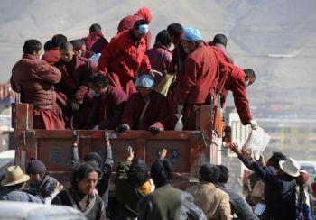 Тибетские монахи раздают благотворительную помощь с грузовика после разрушительного землетрясения в Цзегу округа Юйшу провинции Цинхай на северо-западе Китая. 19 апреля 2010 года. (Getty Images)