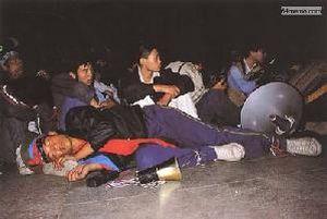 26 мая 1989 г. Главный студенческого патруля, студент института физкультуры Чжан Цзянь уставший после танцев на концерте, заснул прямо на сцене. Он сейчас проживает во Франции, в его теле до сих пор находится пуля, которая попала в него во время подавления студентов. Фото с 64memo.com