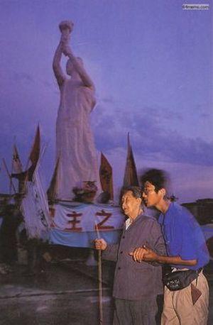 1 июня 1989 г. Студент поддерживает пожилую женщину, которая пришла посмотреть, как делаетcя скульптура статуи Свободы. Фото с 64memo.com