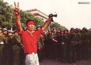 3 июня 1989 г. Студент перед солдатами выражает своё твёрдое намерение продолжать акцию и надежду на победу. Фото с 64memo.com