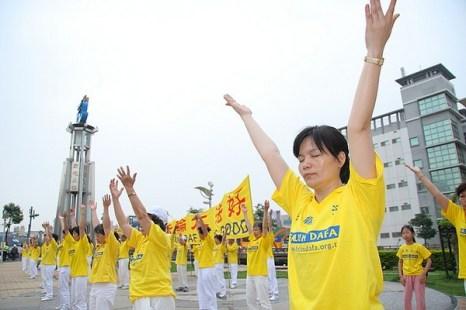 Коллективное выполнение упражнений. Празднование Дня Фалунь Дафа в Тайване. 2010 год Фото: The Epoch Times