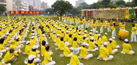 Коллективное выполнение упражнений. Празднование Дня Фалунь Дафа в Тайване. 2010 год Фото: The Epoch Times Празднование Дня Фалунь Дафа в Тайване. 2010 год. Фото: The Epoch Times