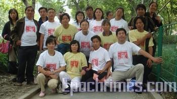 Шанхайские апеллянты в футболках с изображением убийцы полицейских, Ян Цзя и его, ставшей крылатой, фразой. Фото: The Epoch Times