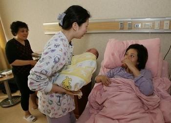 Почти 50% рожениц в Китае выбирают рожать с помощью кесарева сечения. Фото: MARK RALSTON/AFP