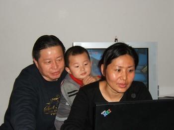 Адвокат Гао Чжишен со своей семьёй. Фото: The Epoch Times