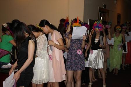 Девушки записываются для посещения клуба знакомств для богачей. Город Ухань провинции Хубэй. Фото с wh.house.sina.com.cn