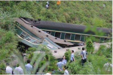 В результате горного обвала, поезд сошёл с рельс. Провинция Цзянси. 23 мая 2010 год. Фото с aboluowang.com