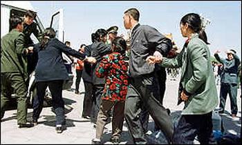 Полицейские арестовывают последователей Фалуньгун. Пекин, Китай. Фото с epochtimes.com