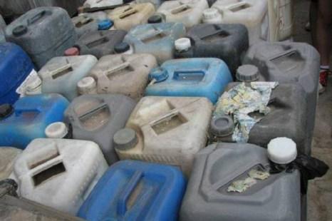 Канистры со специальным химическим раствором для «очищения» камня