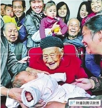 116-летняя Чэнь Айсян в кругу своих потомков. Фото с epochtimes.com