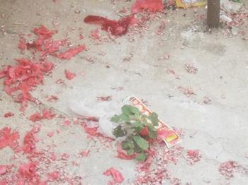 Многие китайские граждане взрывают традиционные красные хлопушки, символизирующие изгнание нечисти, отмечая таким образом пока не подтверждённую официально смерть Цзян Цзэминя. Фото: epochtimes.com