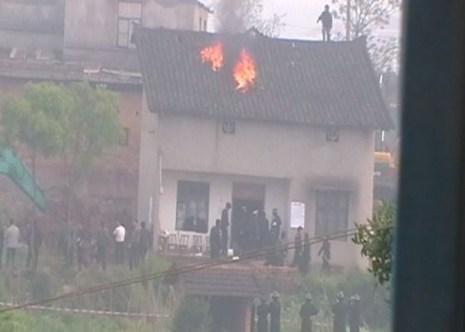Самосожжение в знак протеста против сноса дома. Провинция Хунань. Апрель 2011 год. Фото с epochtimes.com